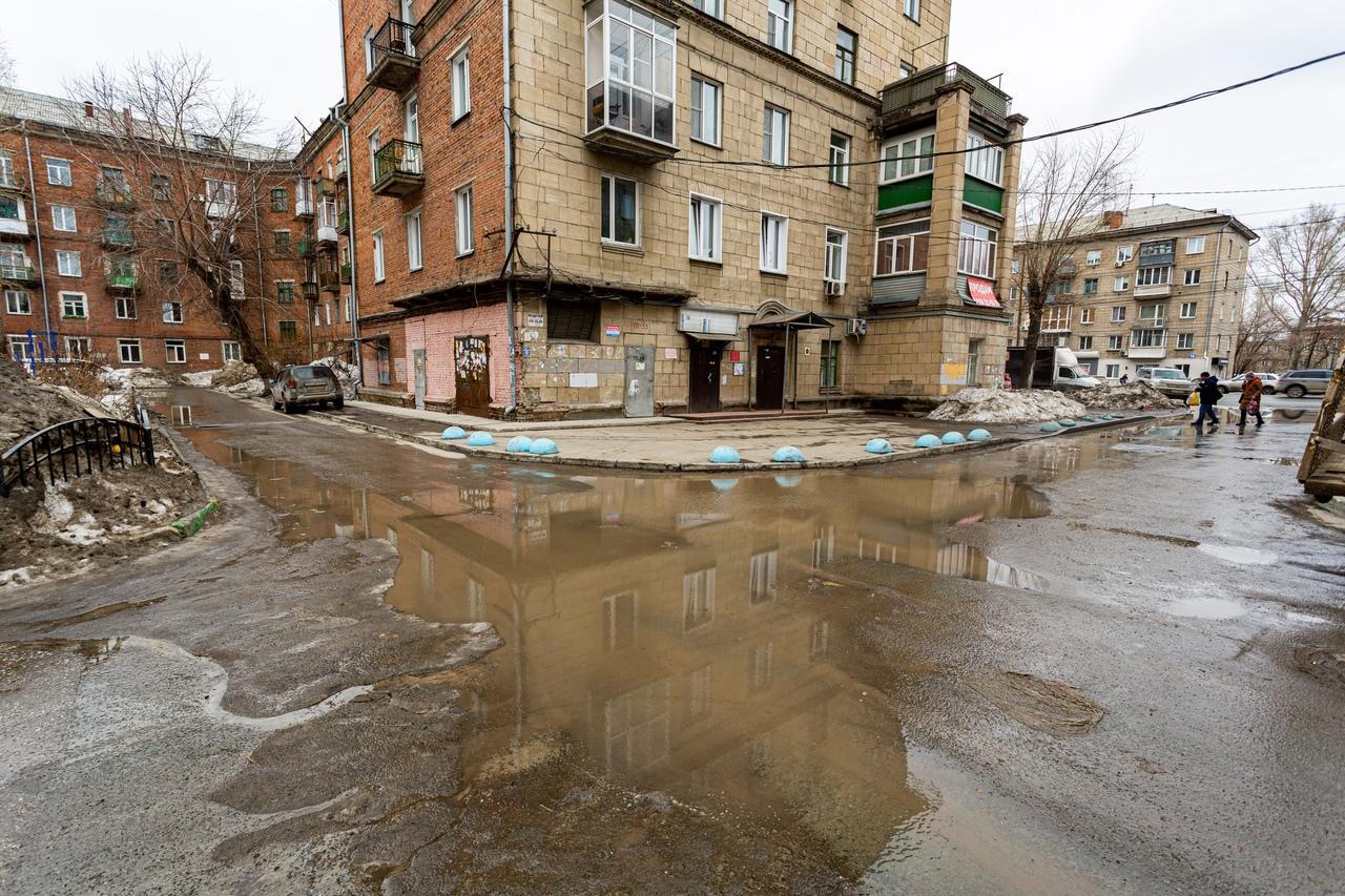 Фото Утекай: долгожданная весна превратила Новосибирск в город огромных луж 14