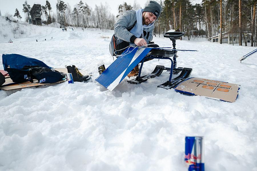 фото Лыжники и сноубордисты закрыли сезон – с горы в бассейн упало около сотни человек в карнавальных костюмах 8