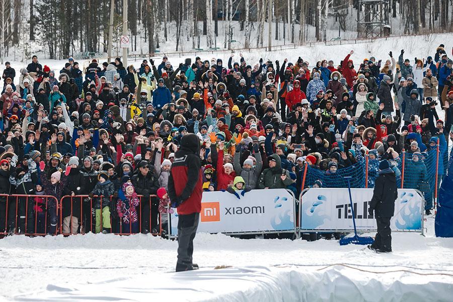 фото Лыжники и сноубордисты закрыли сезон – с горы в бассейн упало около сотни человек в карнавальных костюмах 42
