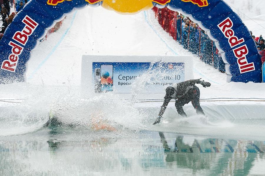 фото Лыжники и сноубордисты закрыли сезон – с горы в бассейн упало около сотни человек в карнавальных костюмах 36