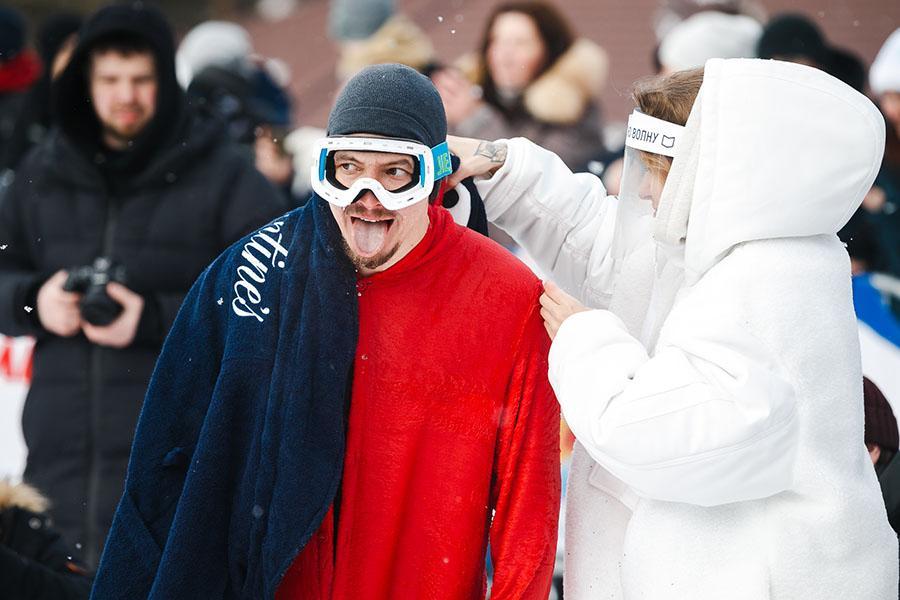 фото Лыжники и сноубордисты закрыли сезон – с горы в бассейн упало около сотни человек в карнавальных костюмах 35