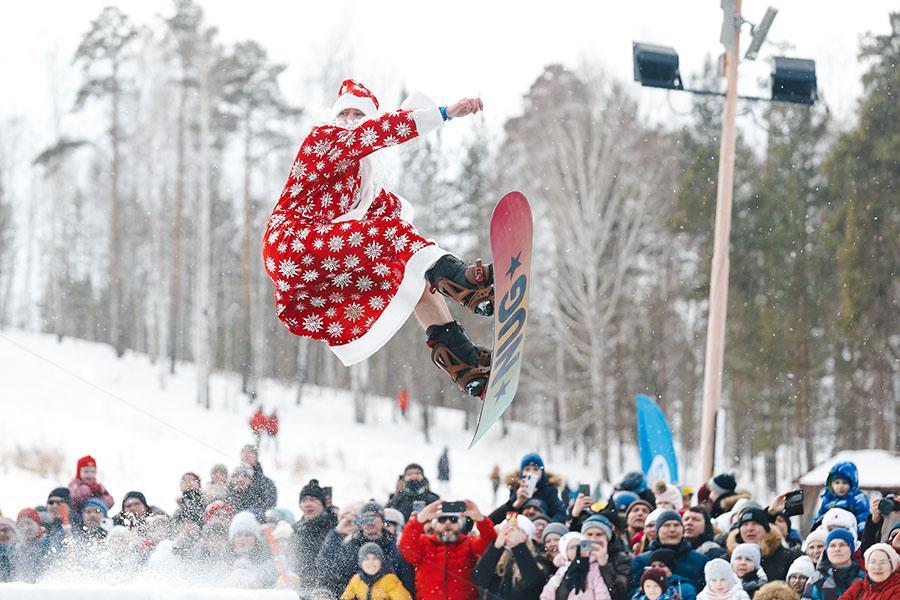 фото Лыжники и сноубордисты закрыли сезон – с горы в бассейн упало около сотни человек в карнавальных костюмах 34