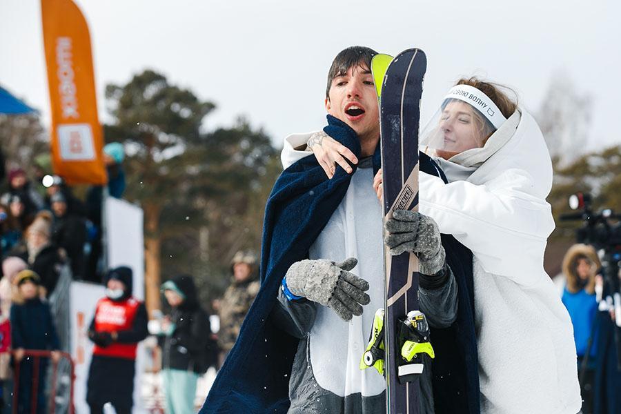 фото Лыжники и сноубордисты закрыли сезон – с горы в бассейн упало около сотни человек в карнавальных костюмах 30