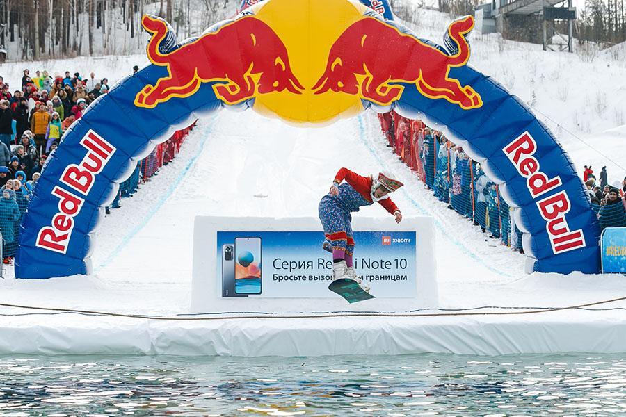 фото Лыжники и сноубордисты закрыли сезон – с горы в бассейн упало около сотни человек в карнавальных костюмах 22