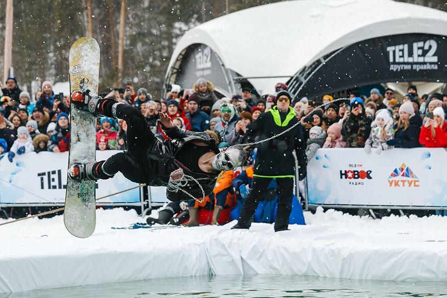 фото Лыжники и сноубордисты закрыли сезон – с горы в бассейн упало около сотни человек в карнавальных костюмах 14