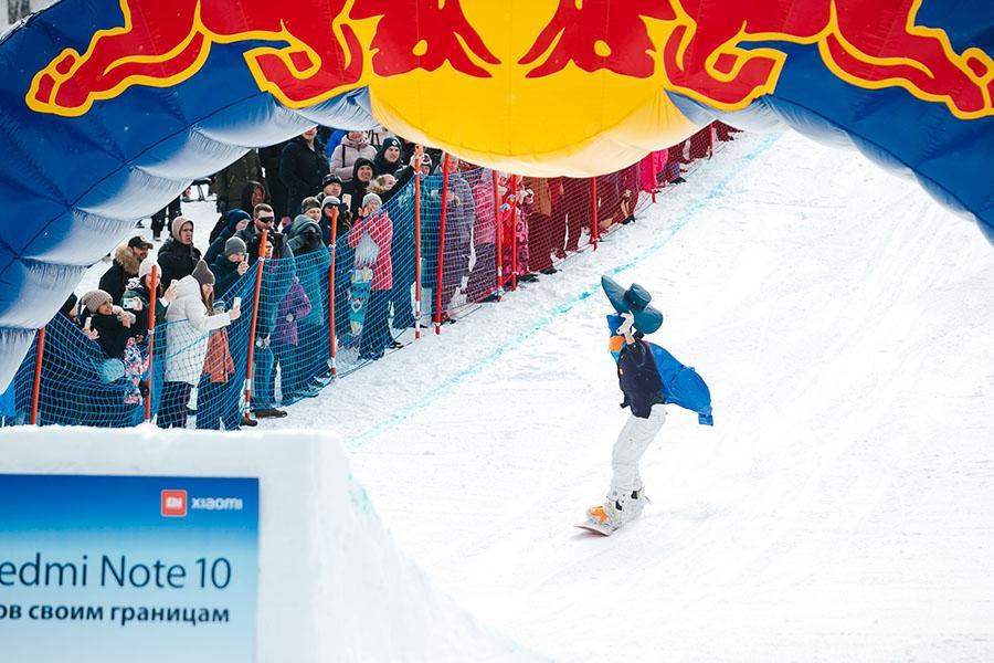 фото Лыжники и сноубордисты закрыли сезон – с горы в бассейн упало около сотни человек в карнавальных костюмах 13