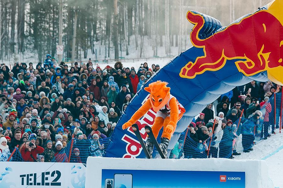 фото Лыжники и сноубордисты закрыли сезон – с горы в бассейн упало около сотни человек в карнавальных костюмах 7