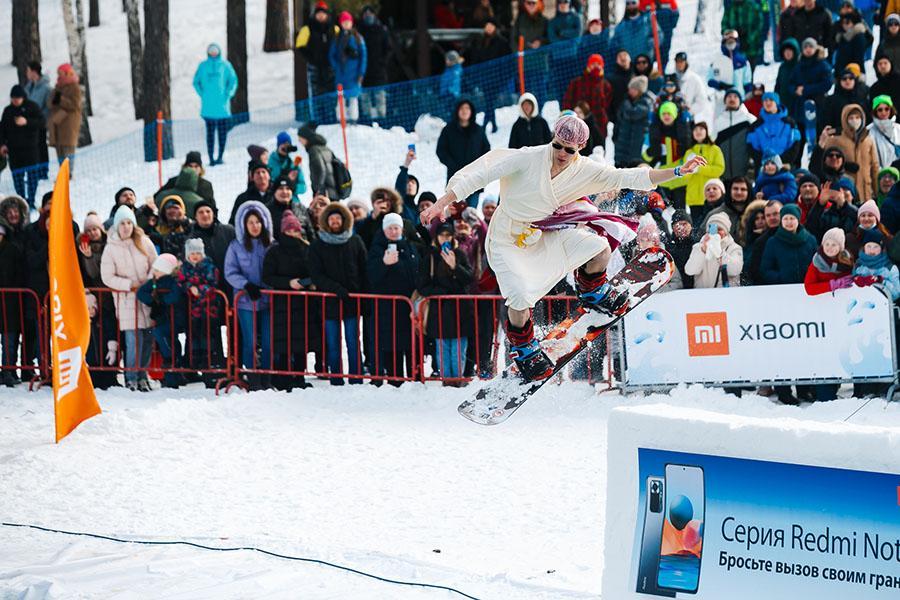 фото Лыжники и сноубордисты закрыли сезон – с горы в бассейн упало около сотни человек в карнавальных костюмах 6