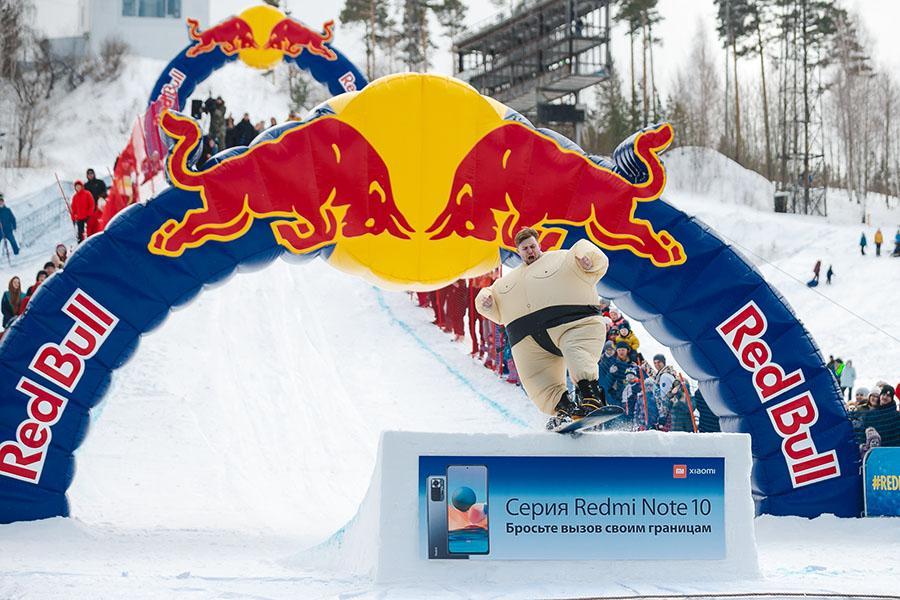 фото Лыжники и сноубордисты закрыли сезон – с горы в бассейн упало около сотни человек в карнавальных костюмах 5