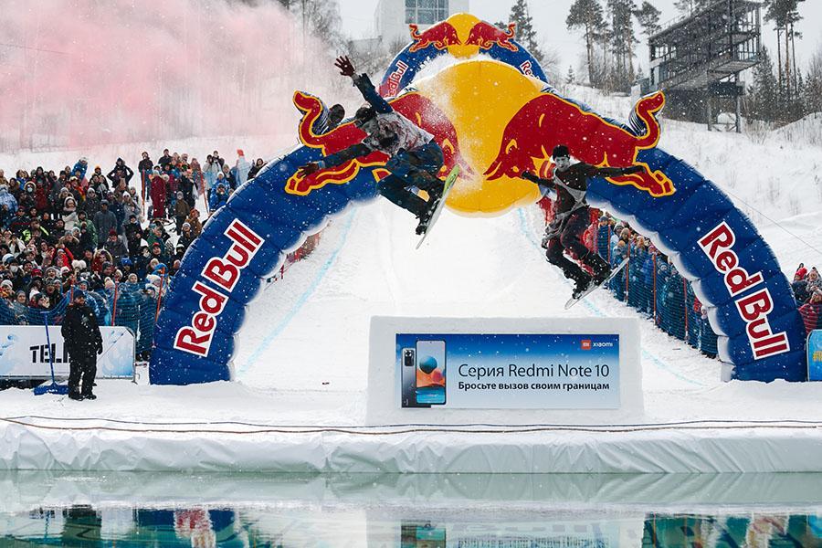 фото Лыжники и сноубордисты закрыли сезон – с горы в бассейн упало около сотни человек в карнавальных костюмах 9
