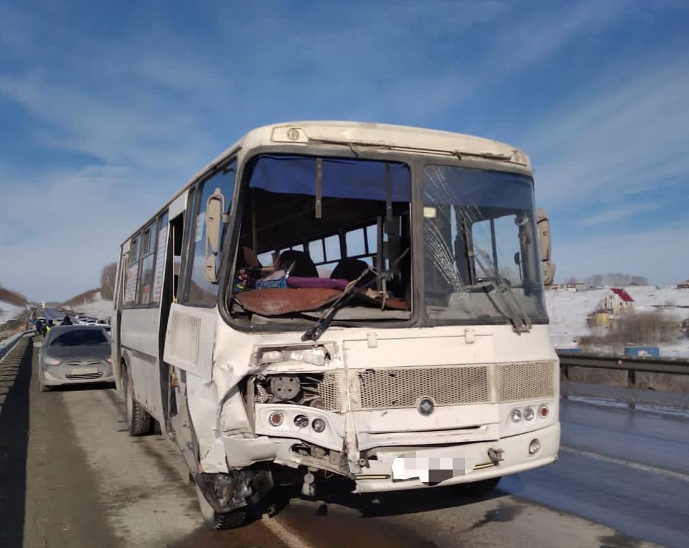 фото Число пострадавших в массовой аварии под Новосибирском выросло до шести 3