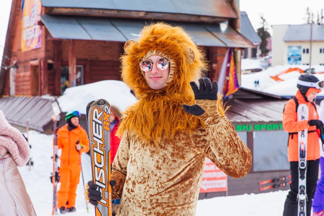 Фото Лыжницы в чулках и с наручниками спустились со снежного склона на фестивале Grelkafest в Шерегеше 2