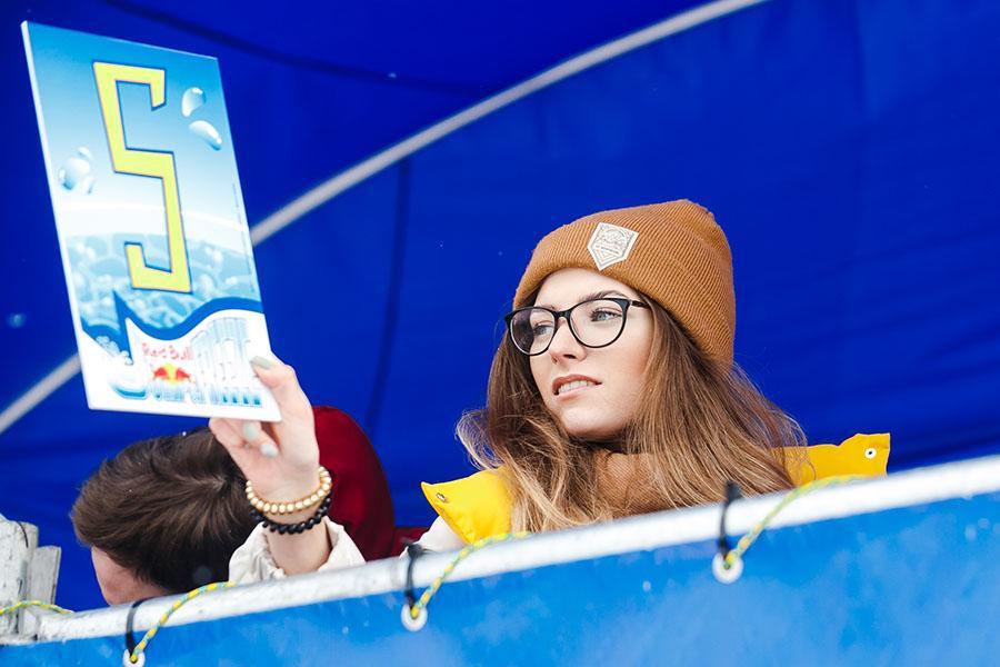 фото Лыжники и сноубордисты закрыли сезон – с горы в бассейн упало около сотни человек в карнавальных костюмах 10