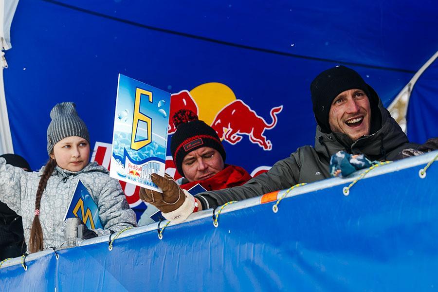 фото Лыжники и сноубордисты закрыли сезон – с горы в бассейн упало около сотни человек в карнавальных костюмах 12