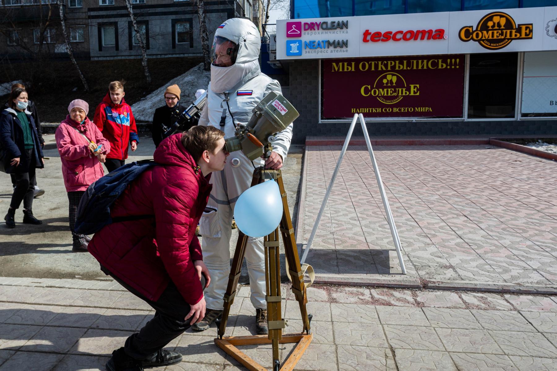 фото Барельеф Юрия Гагарина торжественно открыли в Новосибирске 7