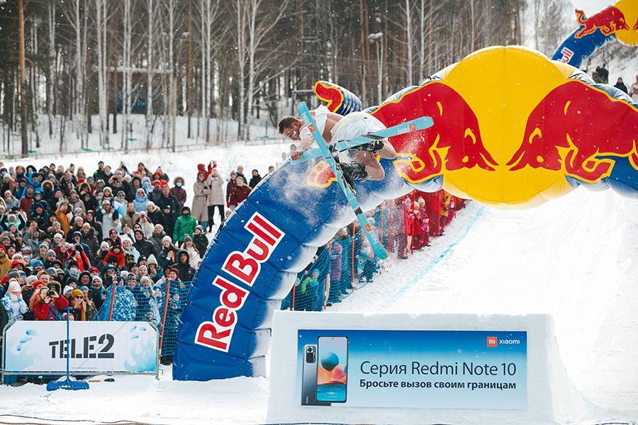 фото Лыжники и сноубордисты закрыли сезон – с горы в бассейн упало около сотни человек в карнавальных костюмах 16