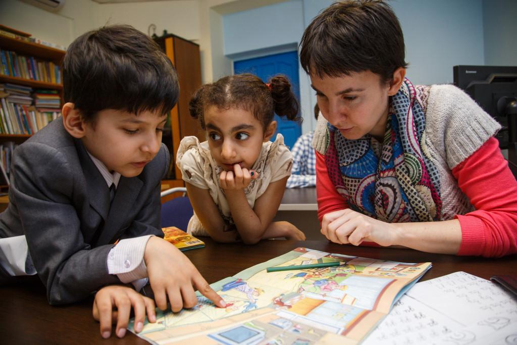 Фото «Научить ребёнка-мигранта математике и биологии – не то же самое, что научить его русской культуре и традициям»: эксперты о «мигрантских» школах в Новосибирске 3