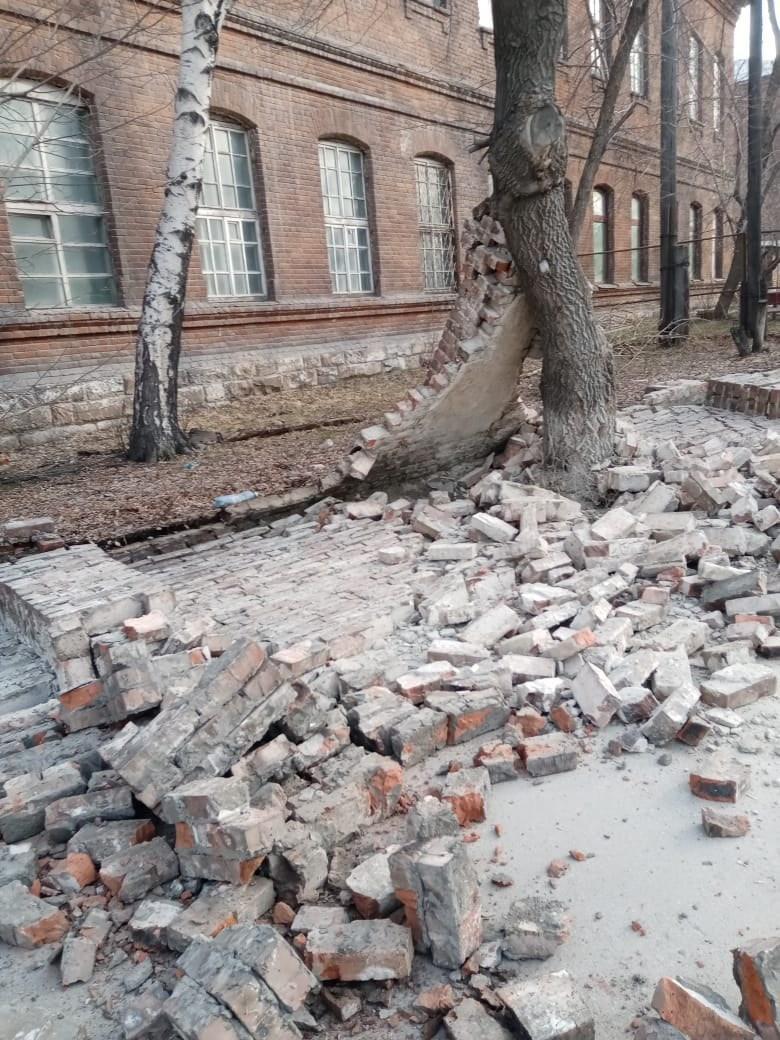 фото Забор психбольницы рухнул на тротуар в Новосибирске 2