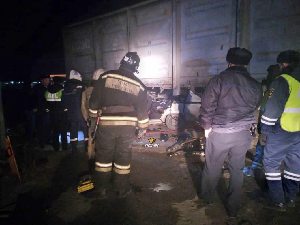 фото Смертельное ДТП: под Новосибирском легковушка влетела в товарный вагон 2