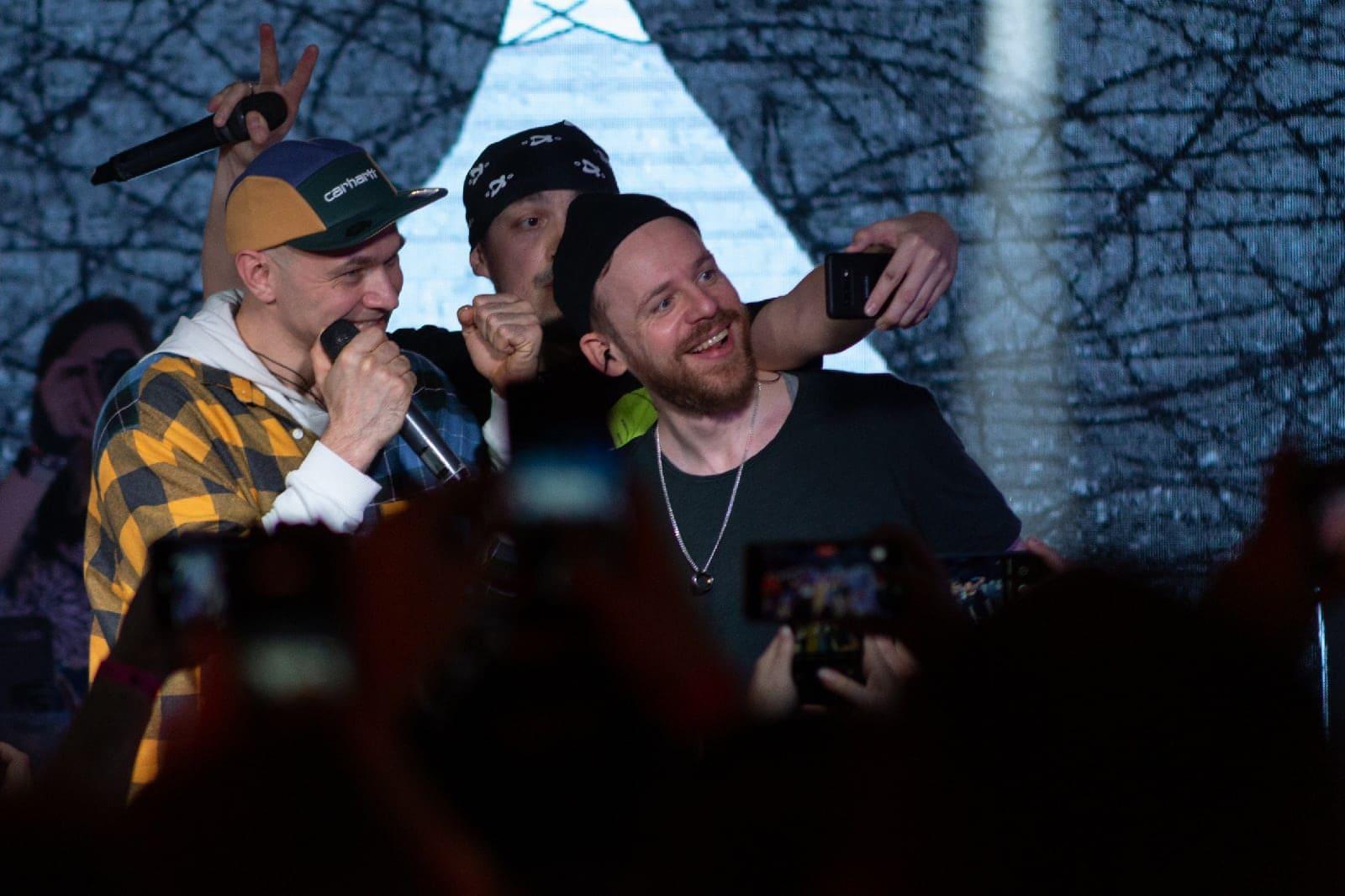 фото «Какие-то типы качают головой в ритм»: группа «Каста» выступила в Новосибирске – 10 фото с долгожданного концерта 2