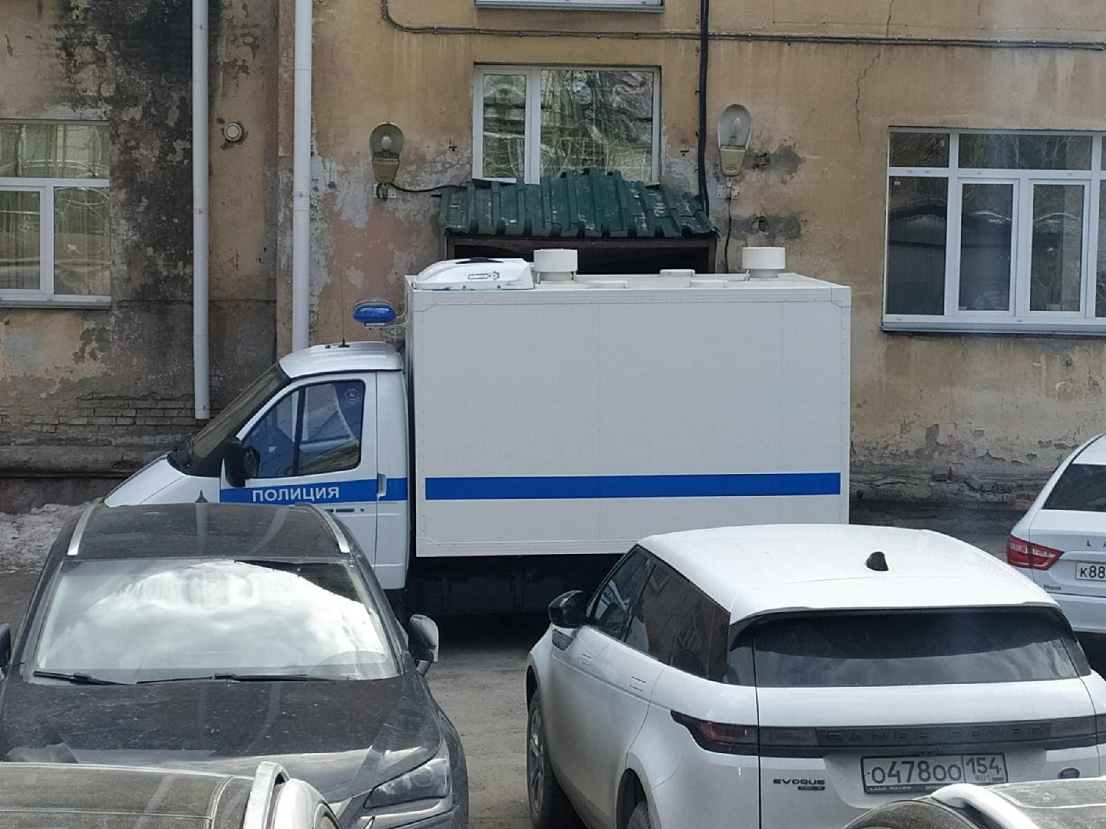 фото Появились фото с места смертельного задержания возле суда в Новосибирске 4