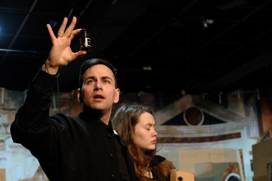 фото «Они все там тупые неудачники»: режиссёр Алексей Золотовицкий рассказал о премьере «Ромео и Джульетта» в Новосибирске 3