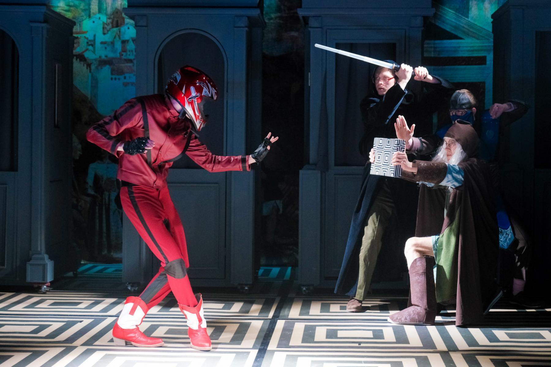 фото «Спектакль про детей, которые наворотили дел, и всё кончилось плохо»: остросюжетный детектив о Ромео и Джульетте показали в  «Первом театре» 2