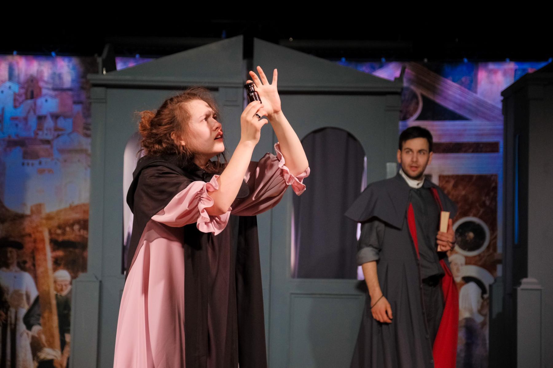 фото «Спектакль про детей, которые наворотили дел, и всё кончилось плохо»: остросюжетный детектив о Ромео и Джульетте показали в  «Первом театре» 6