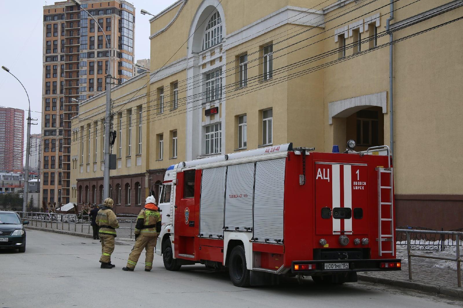 фото Учителям разрешили вернуться в школу после эвакуации в Новосибирске 5