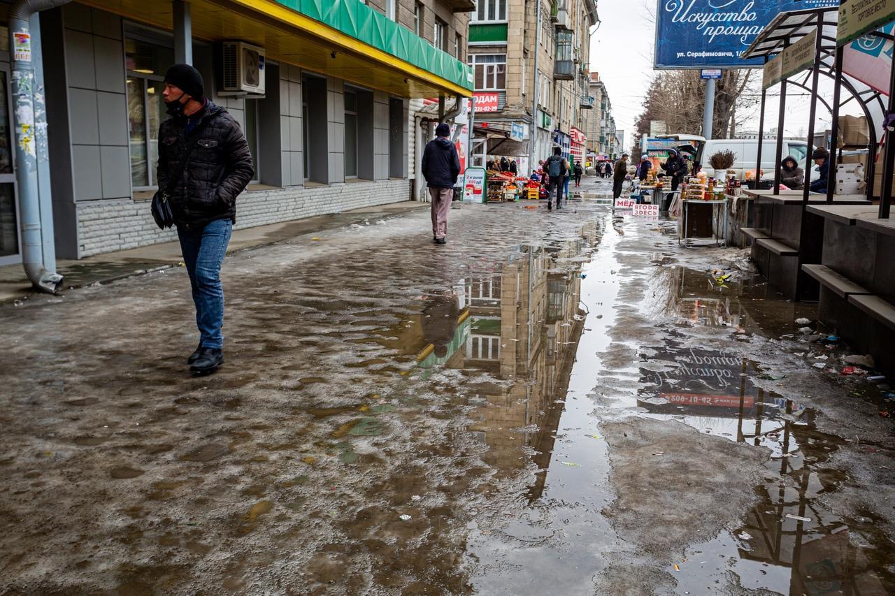 Фото Утекай: долгожданная весна превратила Новосибирск в город огромных луж 16