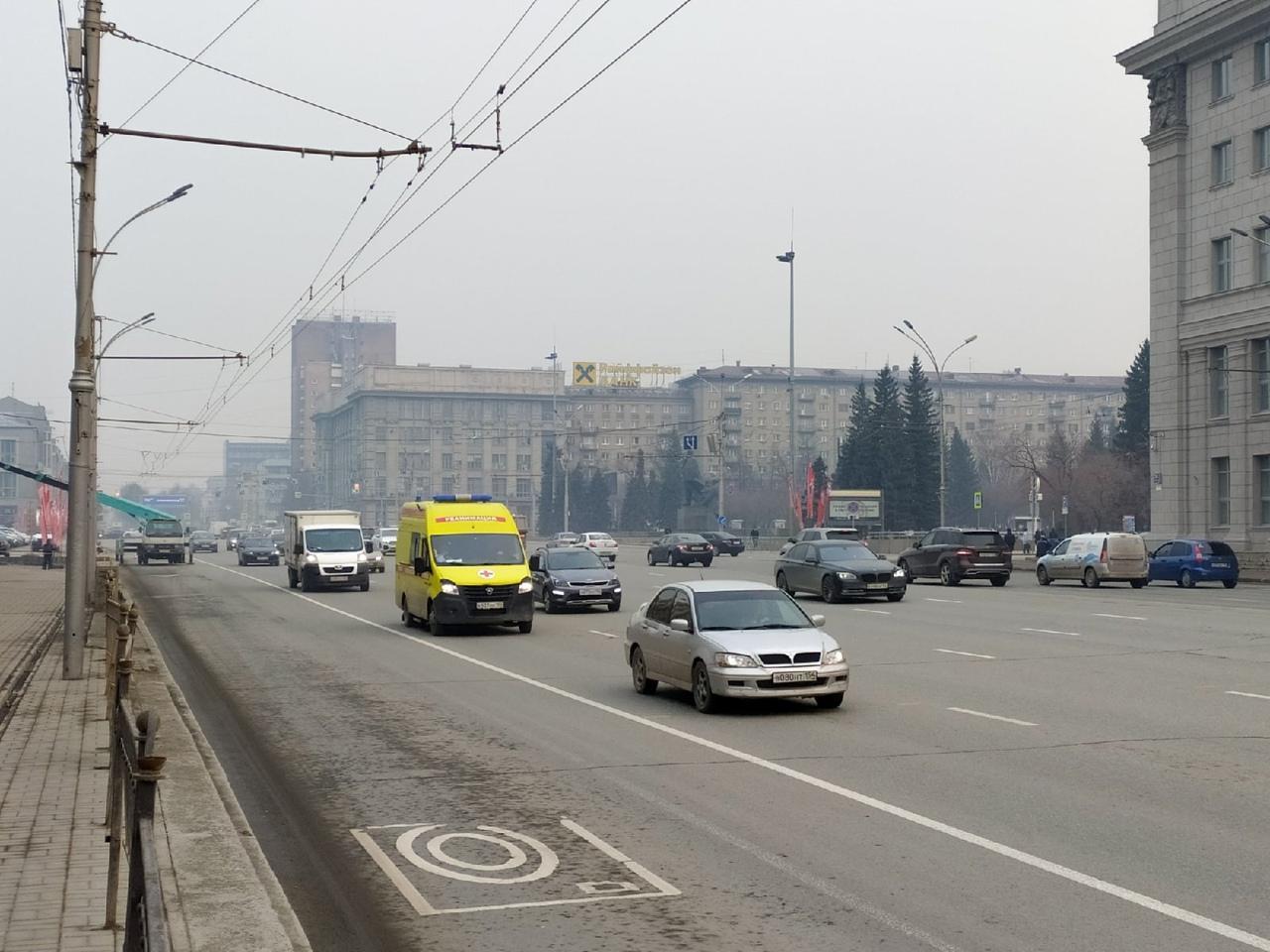 фото «Пыль столбом стоит – штрафовать нужно за такое»: 10 фото утонувшего в дыму Новосибирска 6