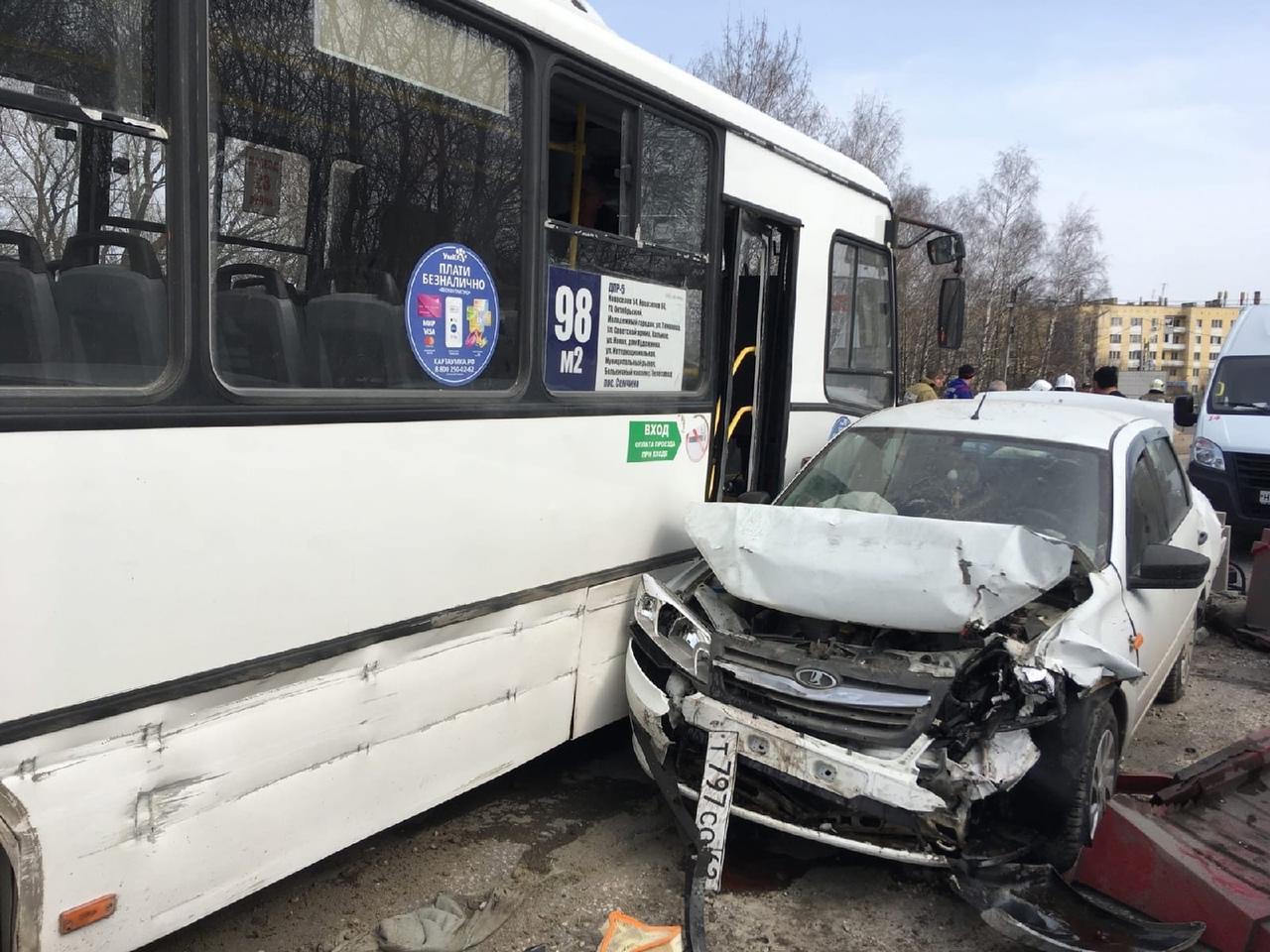 фото Автобус смял 12 машин в Рязани 2