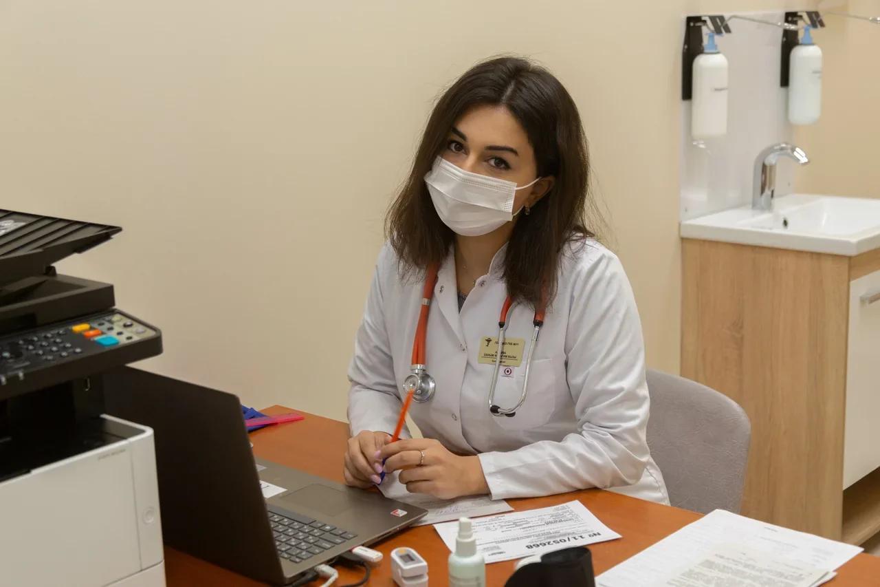 фото «Наконец-то дождались»: как работает первый в Новосибирске мобильный пункт вакцинации от COVID-19 4