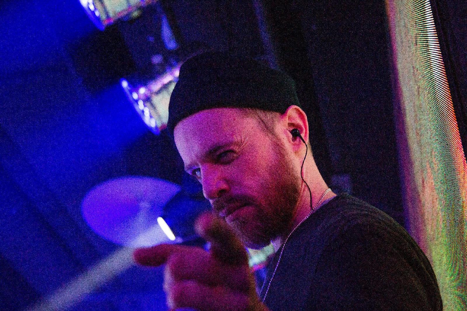 фото «Какие-то типы качают головой в ритм»: группа «Каста» выступила в Новосибирске – 10 фото с долгожданного концерта 5