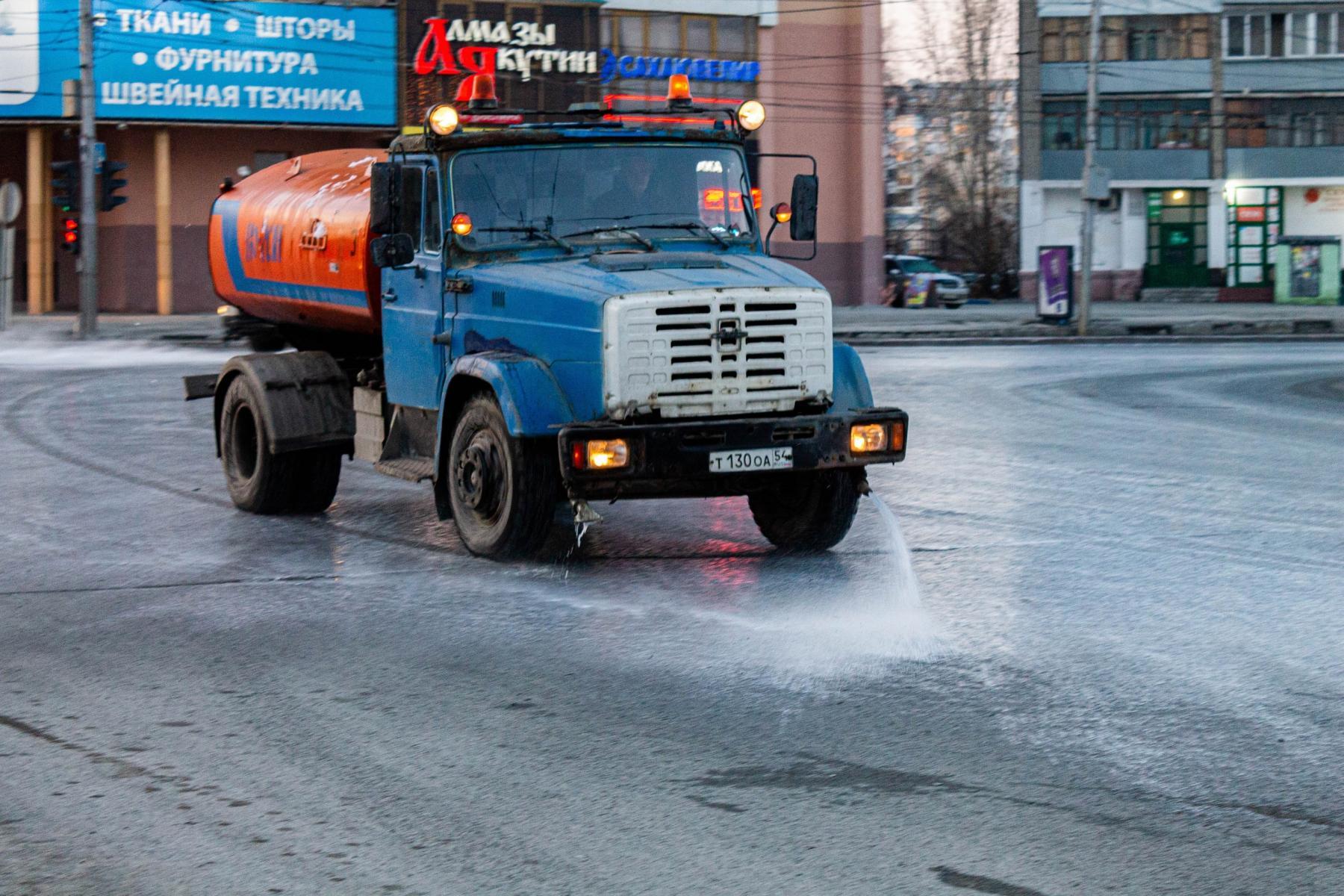 фото В Новосибирске приступили к уборке улиц шампунем «Бионорд» 3