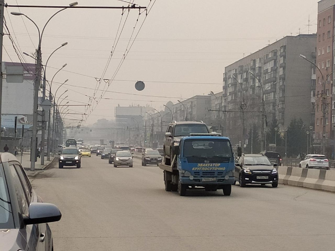 фото «Пыль столбом стоит – штрафовать нужно за такое»: 10 фото утонувшего в дыму Новосибирска 7