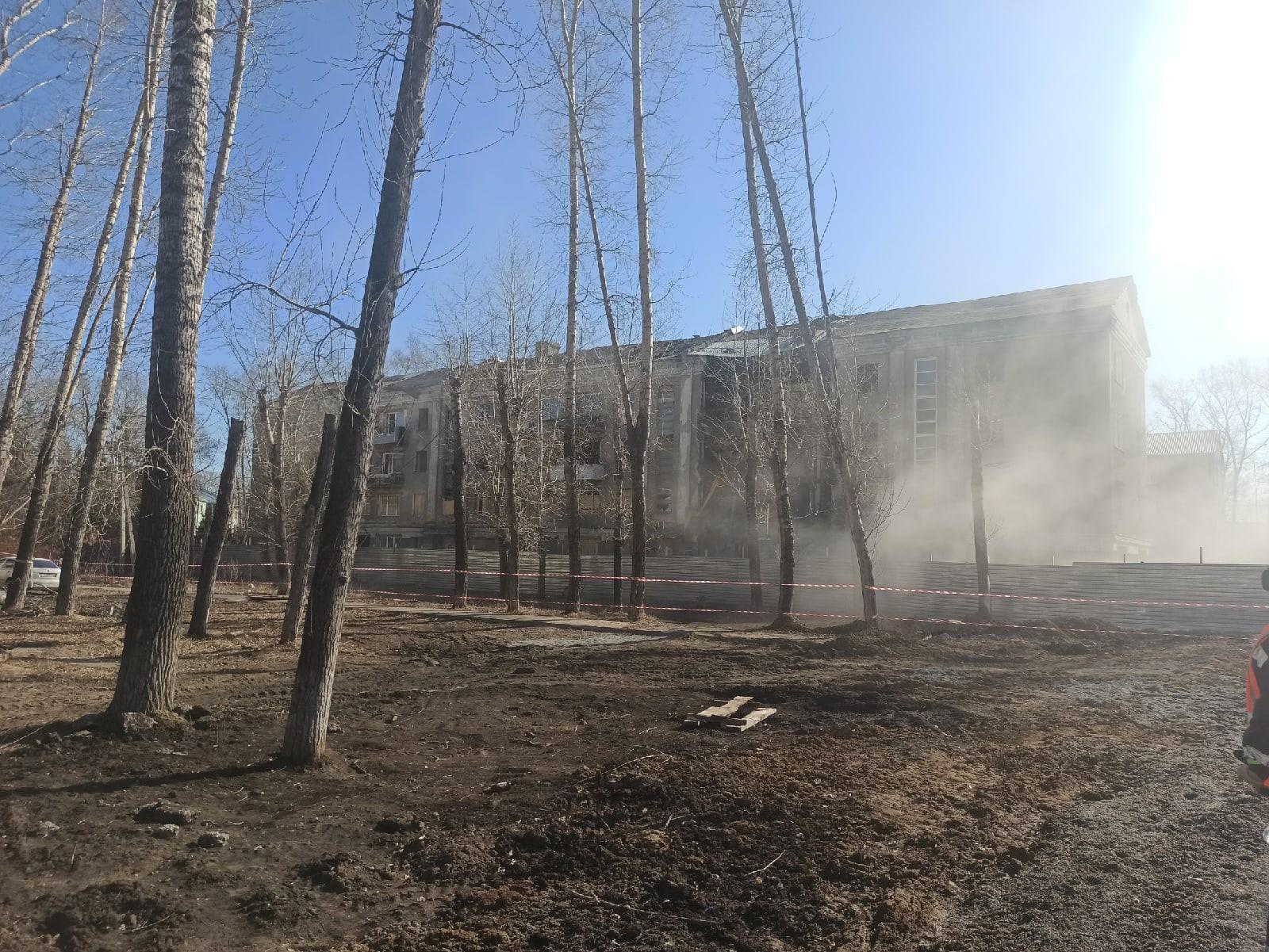 фото Опасный аварийный дом начали сносить под Новосибирском – он простоял пустым два года 2
