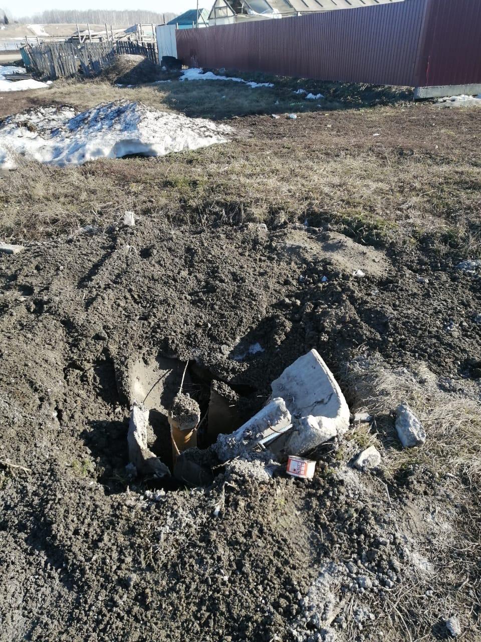фото Новосибирцев возмутил открытый колодец с водой 2