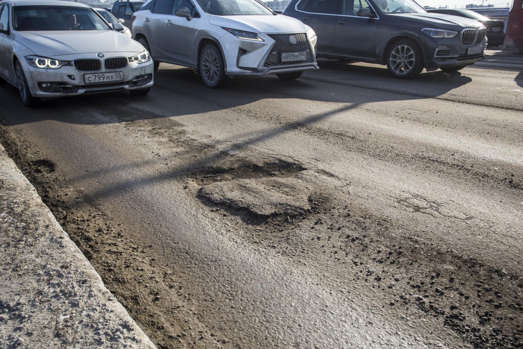 фото «Угадай, в какой луже яма»: состояние дорог в Новосибирске доводит водителей до нецензурщины 4