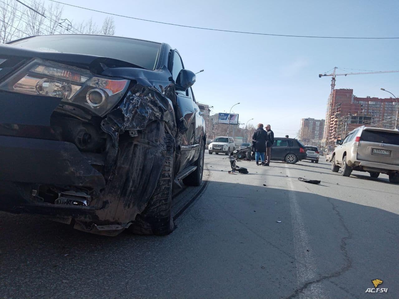 фото BMW X5 сбил пешеходов и врезался в здание в центре Новосибирска 5
