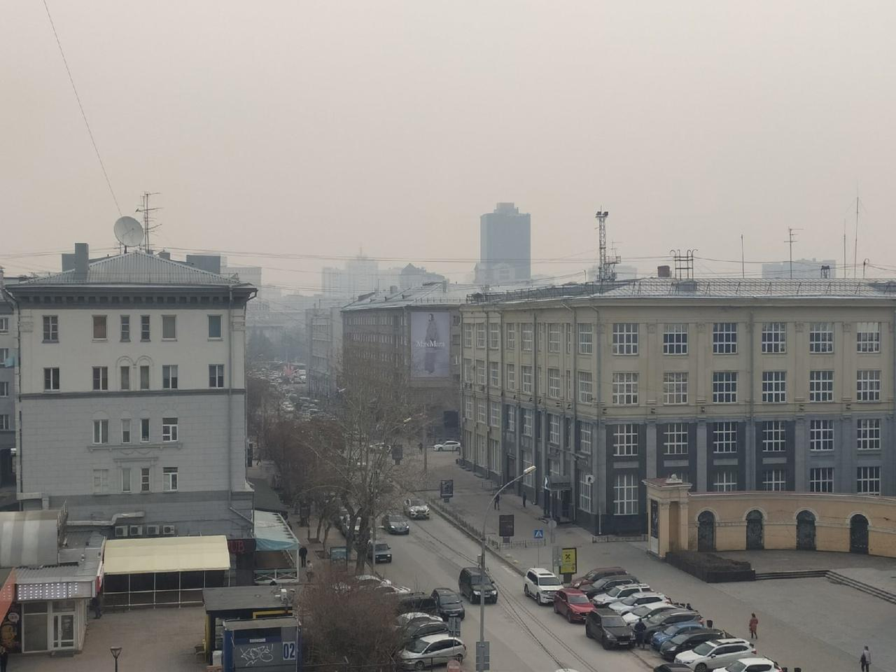 фото «Пыль столбом стоит – штрафовать нужно за такое»: 10 фото утонувшего в дыму Новосибирска 9