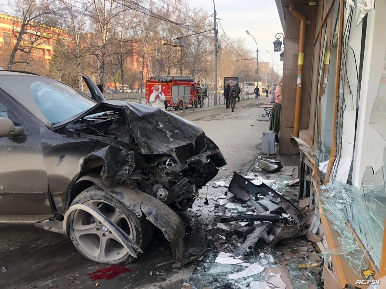 фото BMW X5 сбил пешеходов и врезался в здание в центре Новосибирска 4