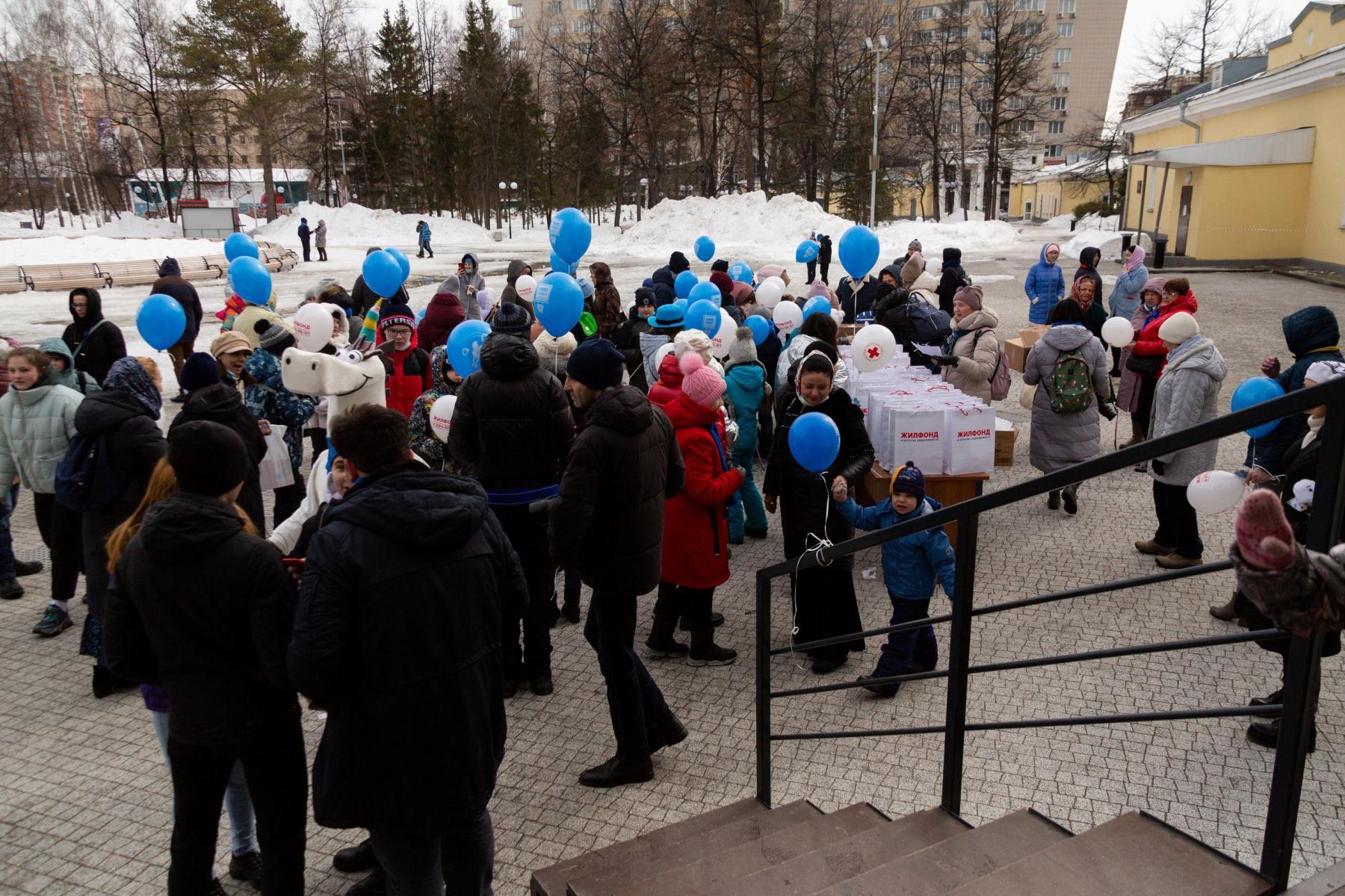 фото В Центральном парке Новосибирска выпустили белых голубей в поддержку людей с аутизмом 2