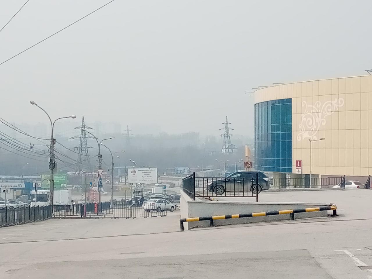 фото «Пыль столбом стоит – штрафовать нужно за такое»: 10 фото утонувшего в дыму Новосибирска 10