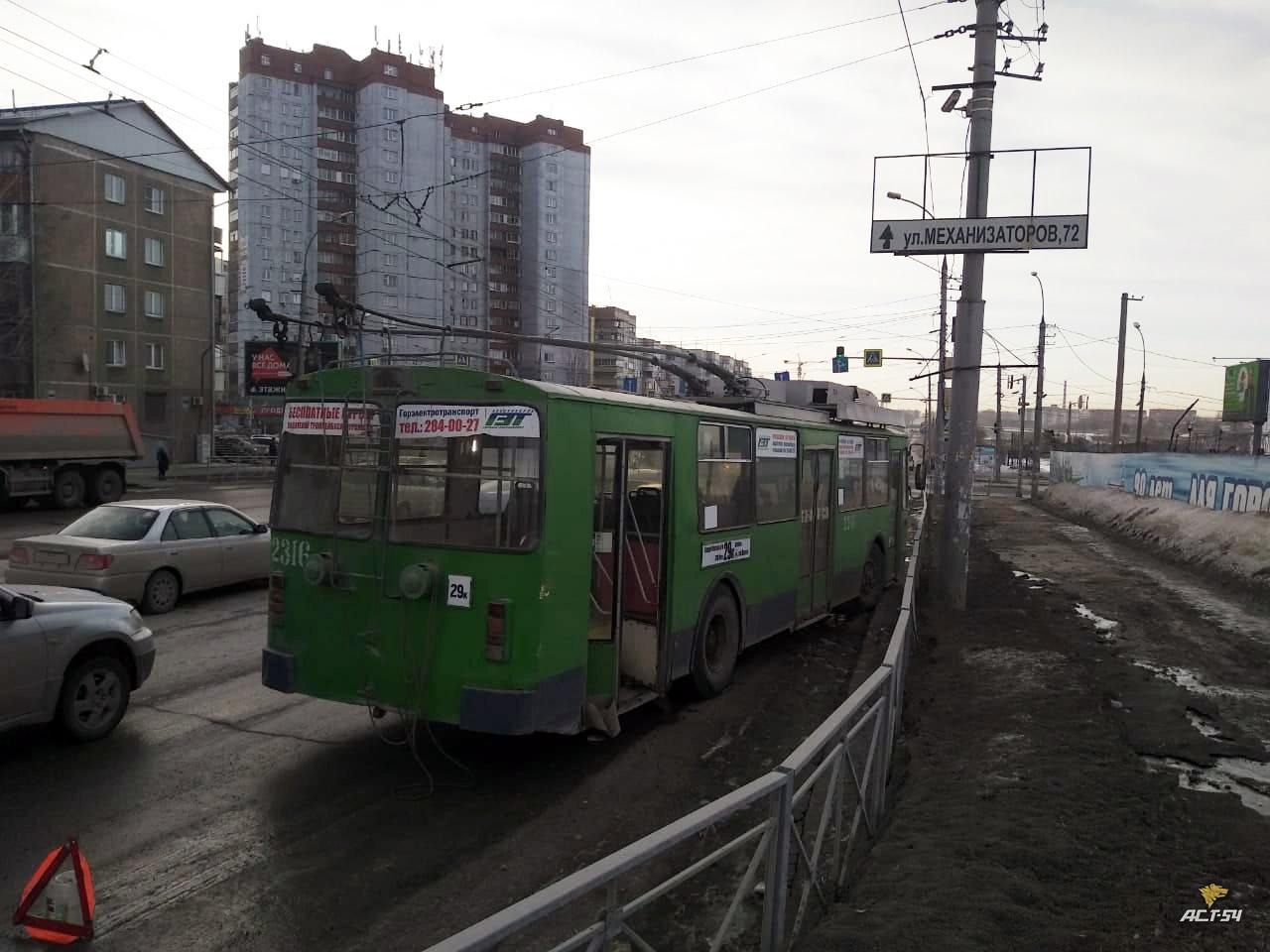 фото Троллейбус без тормозов въехал в дорожное ограждение в Новосибирске 3