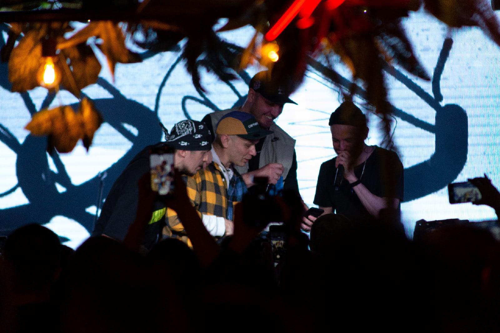 фото «Какие-то типы качают головой в ритм»: группа «Каста» выступила в Новосибирске – 10 фото с долгожданного концерта 9