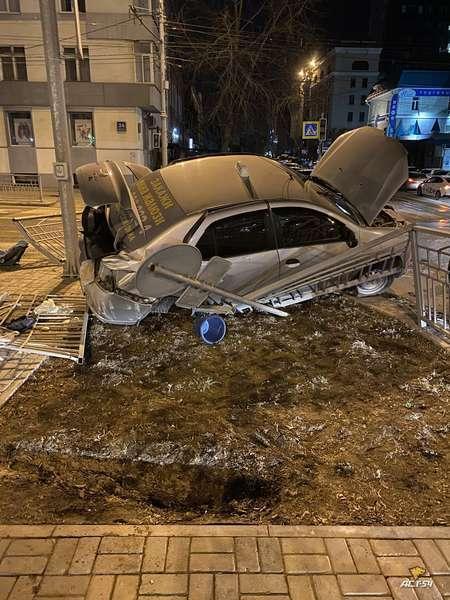 фото Иномарки разбили аллею на Красном проспекте в ночной аварии в Новосибирске 3