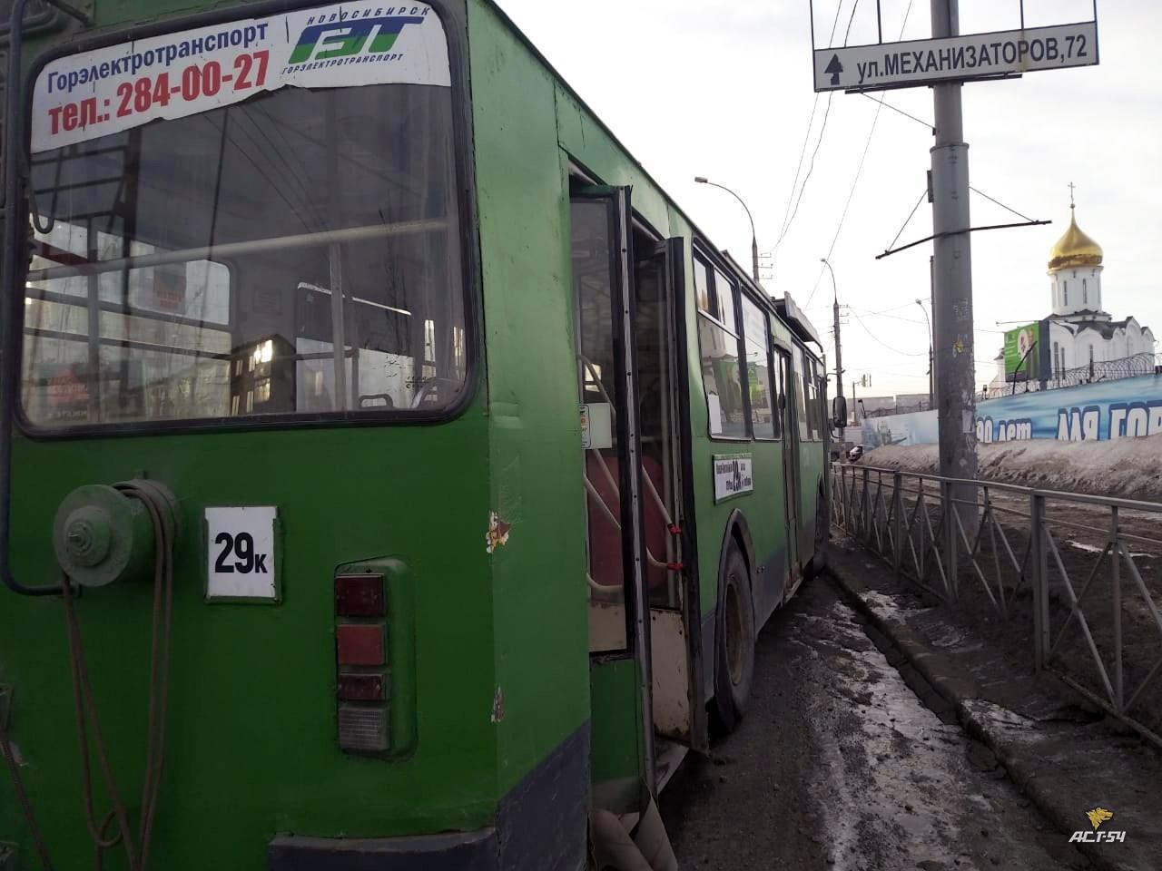 фото Троллейбус без тормозов въехал в дорожное ограждение в Новосибирске 2