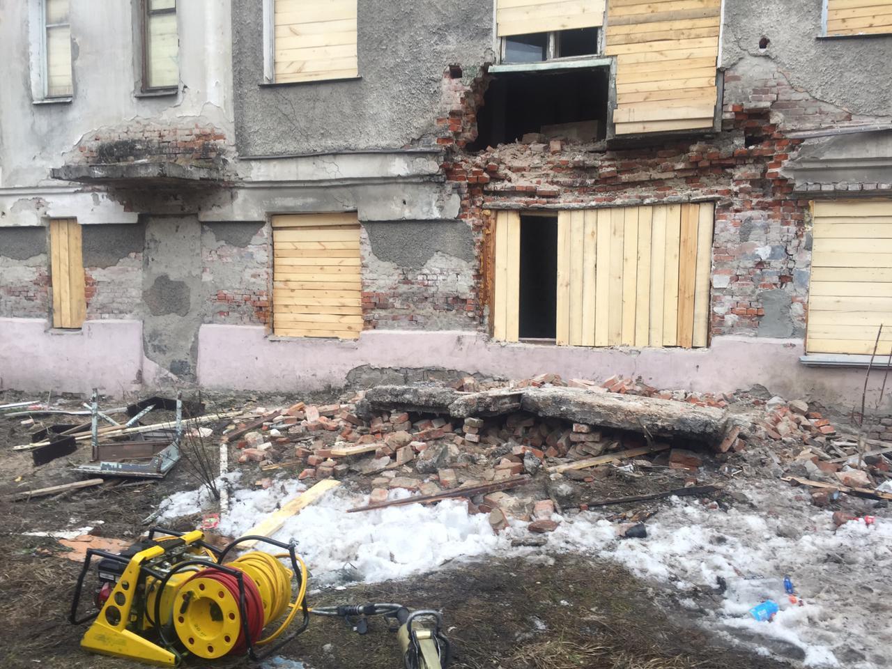 Фото Балкон рухнул со второго этажа дома в городе Обь 2