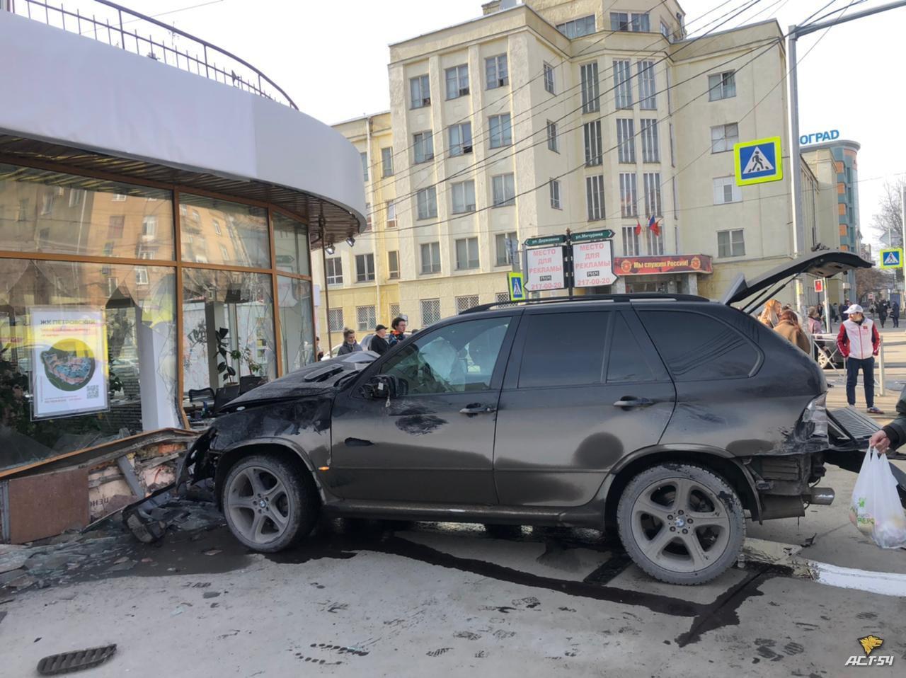 фото BMW X5 сбил пешеходов и врезался в здание в центре Новосибирска 2